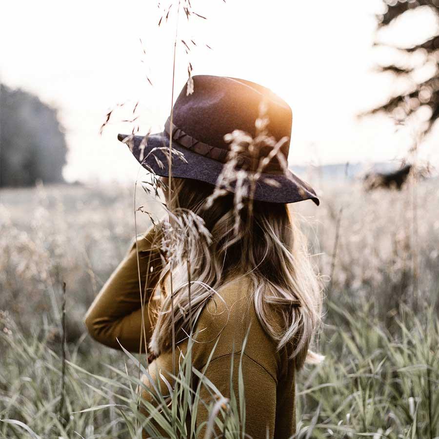 mulher de chapeu - omassi