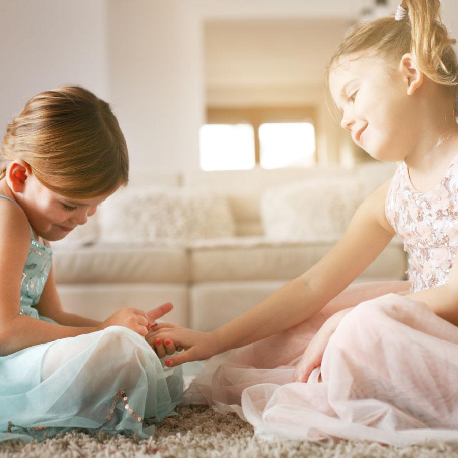 Crianças a pintar as unhas com verniz natural